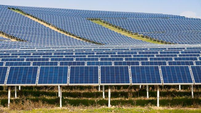 Organické solární panely jsou od těch klasických na první pohled k nerozeznání. Ilustrační snímek