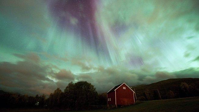 Magnetická bouře způsobila v roce 2012 polární záři viditelnou mimo jiné i v Anglii. Ilustrační snímek