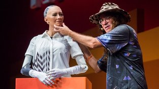 Ben Goertzel se svojí robotkou Sophia