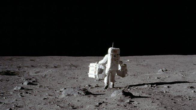 První lidské kroky na Měsíci
