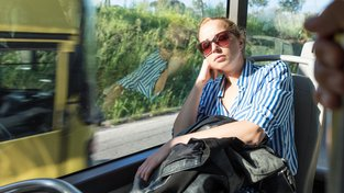 Mozek i ve spánku vnímá důležité podněty z okolí, takže nás například většinou nenechá v autobuse usnout tak tvrdě, abychom přejeli zastávku. Ilustrační snímek