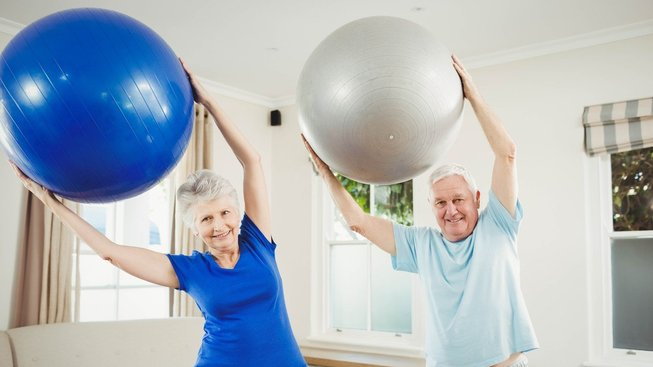 Ve stáří ochabují svaly a ne každý má možnost pravidelně cvičit. Ilustrační snímek