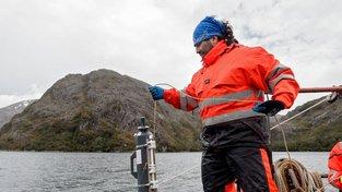 Speciální snímače analyzují vodu fjordu každé tři hodiny