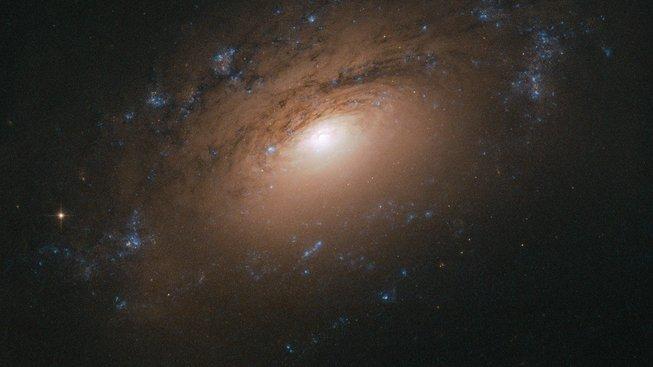 Obrázek spirálové galaxie NGC 3169 podle snímku z Hubbleova teleskopu