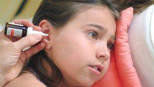Zdravotnice kape antibiotika do ucha dívky