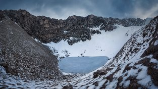 Himálajské jezero Rúp Kund, záhadná vysokohorská kostnice