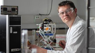 Profesor Aaron Marshall při práci na vývoji chemických průtokových baterií