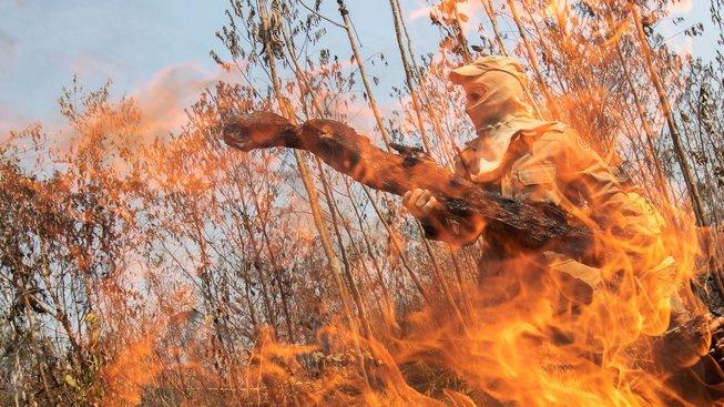 Hasič během práce v Amazonii