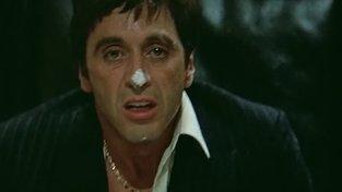 Al Pacino jako Carlos Montana s nosem v kokainu