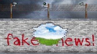 Koncepce 'Fake news'. Věříte v louku s modrou oblohou za zdí s ostnatým plotem?