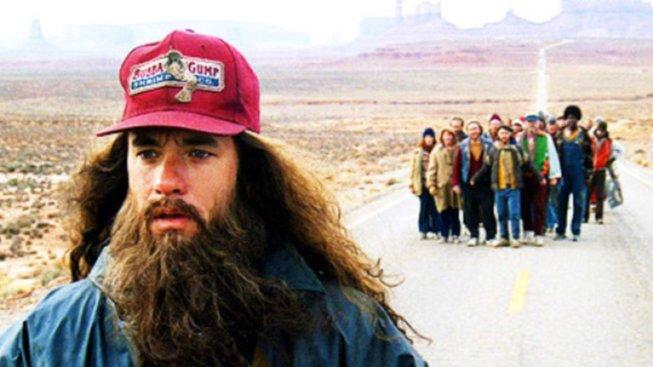 Neúnavný Forrest Gump (Tom Hanks) končí unaven svůj bludný běh Amerikou