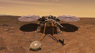 Přistávací modul InSight na povrchu Marsu. V popředí je patrný malý seizmograf měřící otřesy půdy.