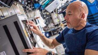 Astronaut Luca Parmitano pracuje na výzkumu mikrobiálního osídlení vesmírné stanice ISS