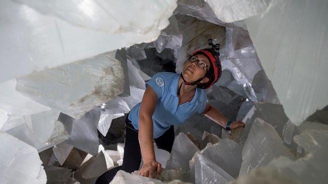 Geoložka Milagros Carreterová v jeskyni u andaluského městečka Pulpí vyplněné krystaly minerálů