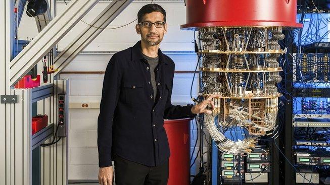 Výkonný ředitel Googlu Sundar Pichai s kvantovým počítačem Sycamore