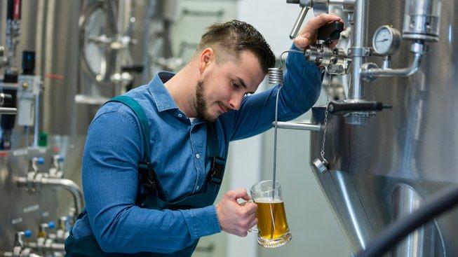 Uvařit dobré pivo ve varně dá práci. Někdo si ho ale vyrobí přímo ve střevech