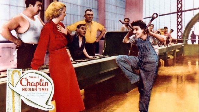 Charlie Chaplin v Moderní době (1936) jako šťastný – a zároveň vyšinutý – zaměstnanec, který ve firmě nadělal paseku