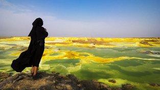 Žena hledí na jezírka s horkou a extrémně slanou vodou v Dallolu