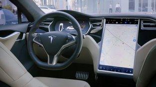 Stačí vybrat cíl na displeji. O cestu se už postará váš vůz, samořiditelná Tesla