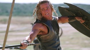 Bájný Achilles (Brad Pitt) před tím, než utrpěl smrtelné zranění šlachy