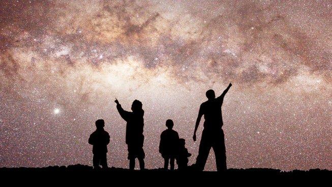 Rodina hledící na Mléčnou dráhu