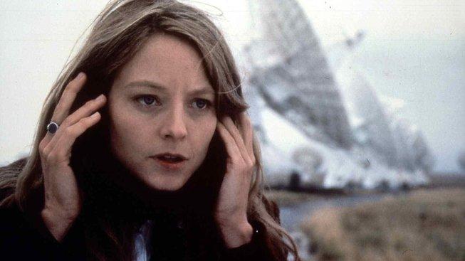 Jodie Fosterová jako astrofyzička Ellie Arrowayová, která zasvětila život naslouchání signálům z vesmíru, ve filmu Kontakt