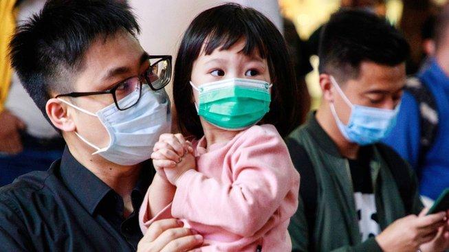 Obyvatelé Hongkongu s ochrannými rouškami proti koronaviru, který se rozšířil z čínské provincie Wu-chan