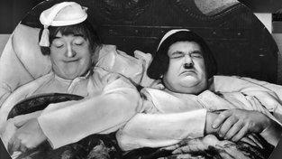 """Kvalitní spánek vytváří v těle zásoby vlákének molekulových řetězců, které nám umožňují zvládat zatížení. Na snímku je patrné, že """"dorůžova"""" spí Stan Laurel, Oliver Hardy s tím má problém"""