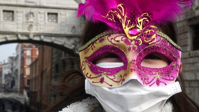Benátský karneval byl letos nejen v maskách, ale i v rouškách. A kvůli koronaviru ho předčasně ukončili