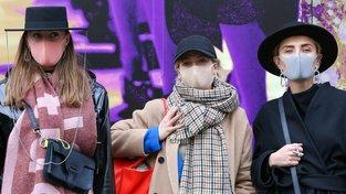 Návštěvníci Londýnského týdne módy ve stylových rouškách