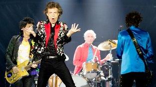Rolling Stones. V šedesátých letech minulého století, kdy se zařadili mezi nejúspěšnější rockové kapely se mezi rockery říkalo 'nevěřte nikomu nad třicet'. Teď Micku Jaggerovi a jeho parťákům táhne na osmdesát