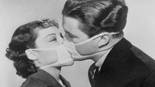 Vzrušení funguje i přes roušku, jak je patrné na snímku z roku 1937, kdy v Kalifornii udeřila epidemie chřipky