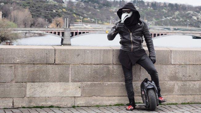 Osamělý turista v Praze v masce morového lékaře