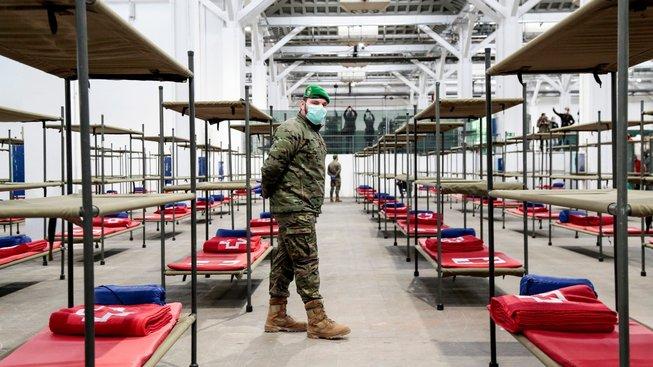 Příprava provizorní nemocnice pro koronavirové pacienty v prázdné výrobní hale na okraji Barcelony