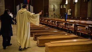 Kněz žehná obětem nemoci COVID-19 při hromadném církevním obřadu bez pozůstalých v kostele San Giuseppe v italském městě Seriate