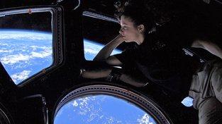 Astronautka Tracy Caldwellová Dysonová hledí z kupole ISS na rodnou Kalifornii