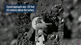 Mechanické rameno sondy Osiris-REx nad povrchem asteroidu Bennu