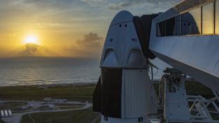 Pohled na loď Dragon od firmy SpaceX umístěnou na startovací rampě