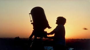 Amatérský astronom pozorující zatmění Slunce