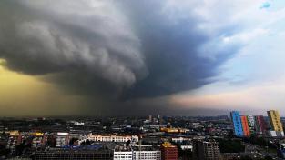 Pro Sibiř neobvyklé hurikánové mraky nad městem Jekatěrinburg