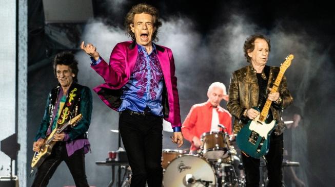Patrně nejznámější parta aktivních seniorů - Rolling Stones. Zleva Ron Wood (73), Mick Jagger (76), Charlie Watts (79) a Keith Richards (76) při loňském vystoupení v kalifornské Santa Barbaře.