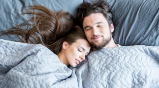 Spánek ve dvou prospívá víc než spánek oddělený.