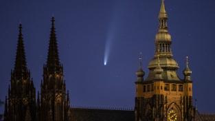 Kometa Neowise letí nad Pražským hradem