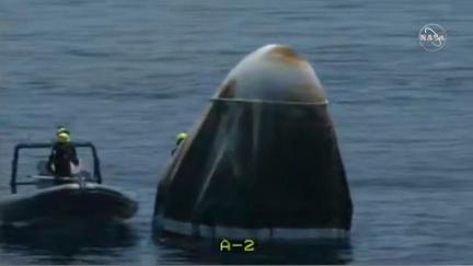 Aktualizováno: Mise splněna! Muskovi astronauti 'šplouchli' do moře (vysílali jsme živě)