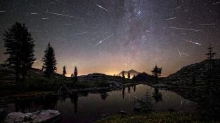 Tanec Perseid na noční obloze.