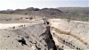 Jeden z tektonických zlomů v etiopské pustině.