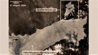 Satelitní snímek rozpadajícího se arktického ledovce. Odlomená masa ledu je v rámečku.