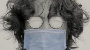 Také John by měl se zamlženými brýlemi potíže. Koronavirů a covidu se však nedožil.