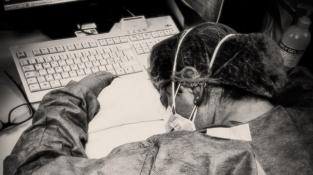 Covid dokáže unavit nejen pacienty, ale i zdravotníky. Tato zdravotní sestra v italské Cremoně padla únavou na klávesnici při první vlně infekční nemoci. Únava je však problém i pro mnohé pacienty, kteří covid překonali.