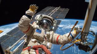 Ruský kosmonaut Alexandr Skvorcov během montážních prací na ISS ve volném vesmíru.